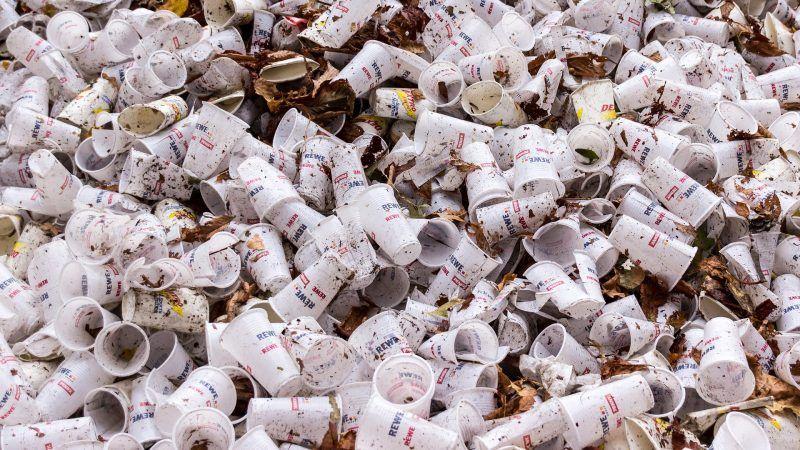Plastikowe kubki, źródło: https://pixabay.com/