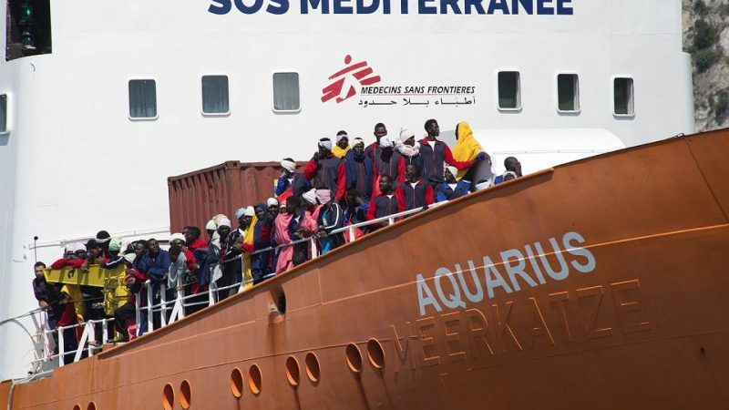 Aquarius z podjętymi z morza rozbitkami - migrantami wchodzi do portu w Salerno, 26 maja 2017 (Fot. Danilo Dalducci/East News)