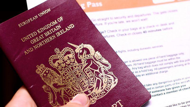 Brytyjski paszport jeszcze w unijnej wersji (z czerwonąokładką). Wkrótce zastąpią je nowe paszporty o niebieskich okładkach i bez oznaczeń UE, źródło: Flickr, fot. John O'Nolan