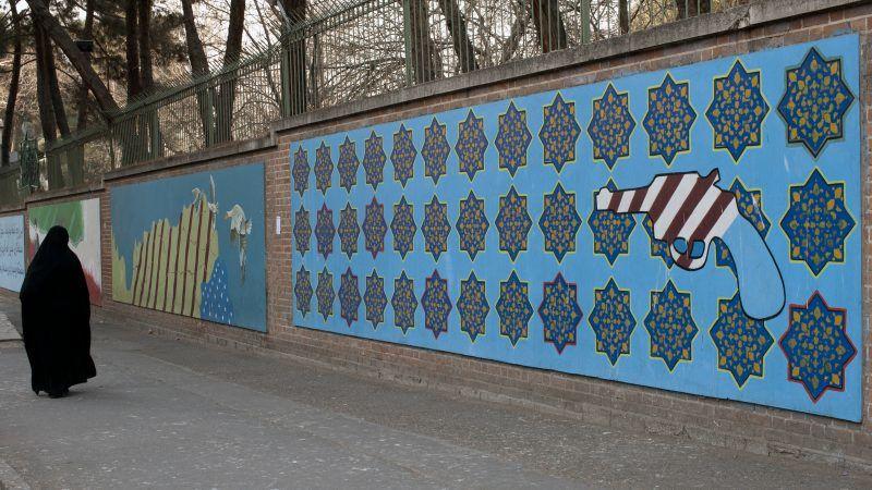 Mural niedaleko dawnej amerykańskie ambasady w Teheranie, źródło: Wikipedia, fot. Ggia (Creative Commons License 3.0 Share-Alike)