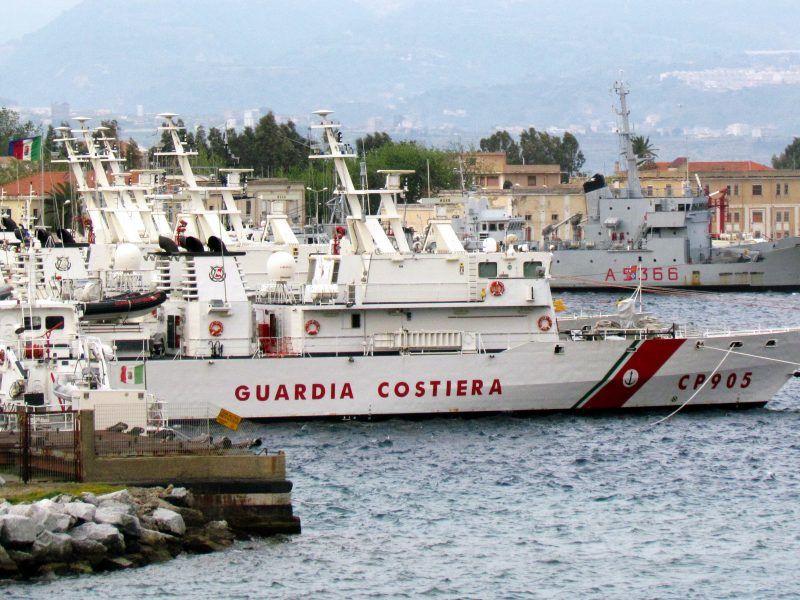 Statek włoskiej straży przybrzeżnej, źródło: Wikipedia, fot. Marinaio56