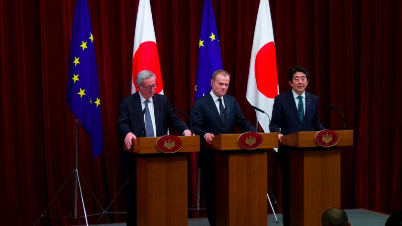 Jean-Claude Juncker, Donald Tusk oraz Shinzo Abe, źródło: European External Action Service