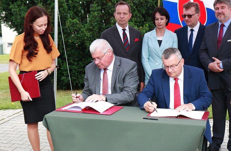 ministrowie Andrzej Adamczyk i Arpad Eresek podpisują umowę o budowie odcinka Via Carpatia, źródło ministerstwo infrastruktury