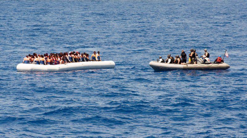 Migranci z Afryki na pontonie podczas próby przepłynięcia Morza Śródziemnego, źródło: Flickr/U.S. Navy photo by Senior Chief Personnel Specialist Galen Draper/Released