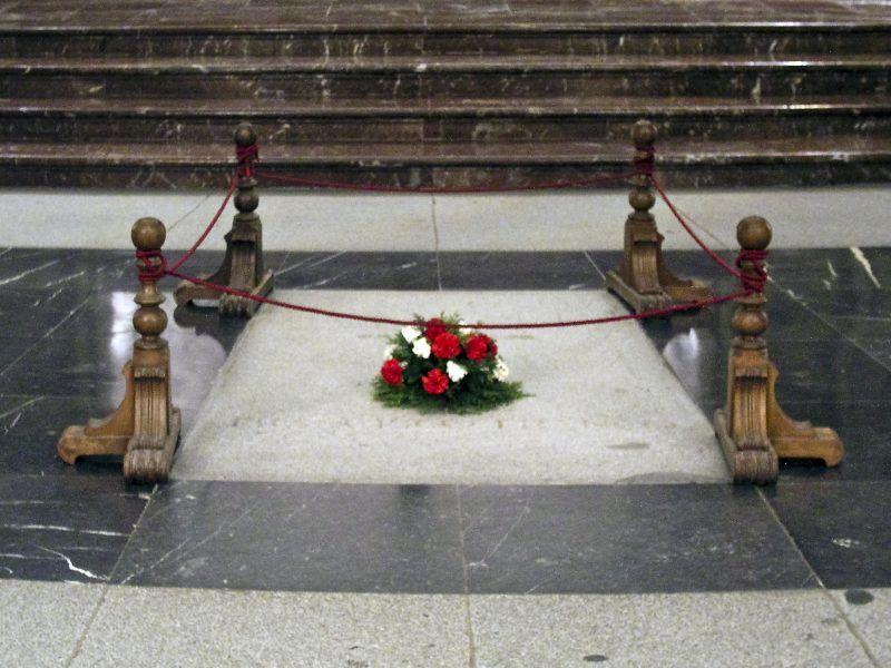Płyta nagrobna gen. Francisco Franco w bazylice w Dolinie Poległych, źródło Wikipedia/Xauxa, fot. Håkan Svensson