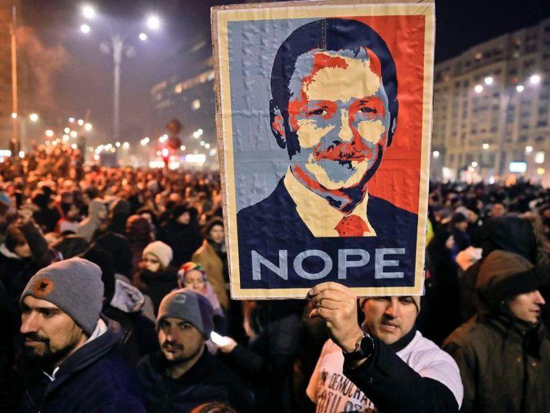 Protesty przeciwko rządowi na ulicach Bukaresztu. Na zdjęciu Liviu Dragnea
