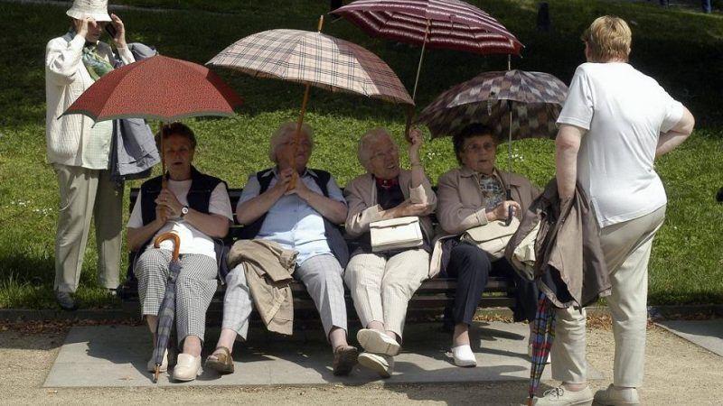 Seniorzy w Dreźnie, źródło: https://wyborcza.pl/7,75399,23783425,przestepcze-gangi-masowo-okradaja-niemieckie-kasy-chorych.html