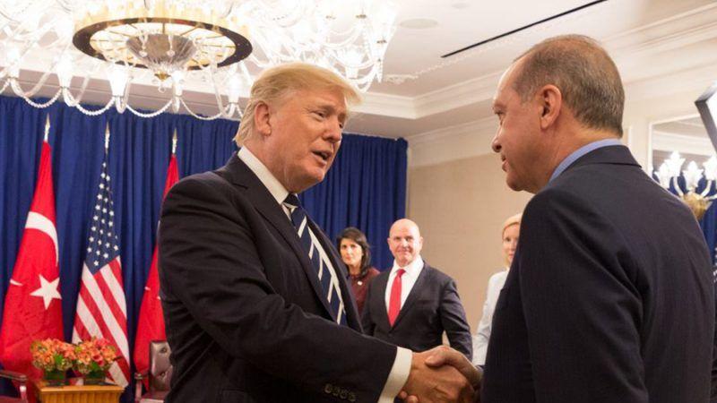 Relacje Turcja - Rosja skłaniają niektórych ekspertów do zakwestionowania wiarygodności Turcji jako partnera NATO, a nawet tego, czy powinna pozostać w sojuszu. Źródło: https://tr.usembassy.gov/remarks-president-trump-president-erdogan-turkey-bilateral-meeting/