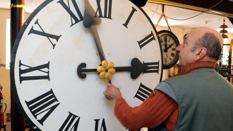 Zegar, zmiana czasu źródło EurActiv.com by Uli Deck EPA
