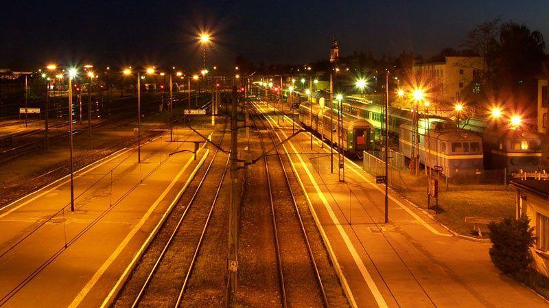 Dworzec w Skarżysku-Kamiennej nocą, źródło: Wikipedia, fot. Johnywalker