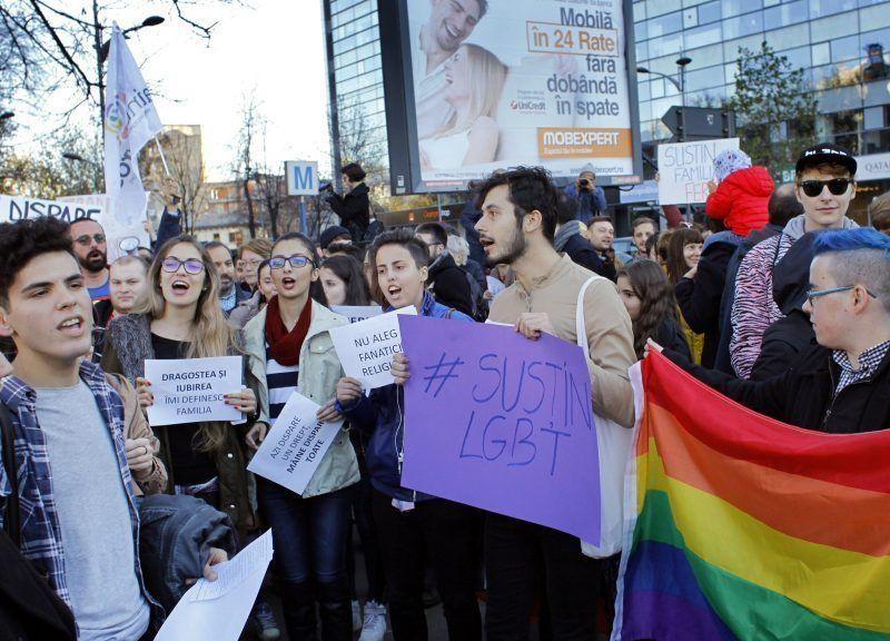 Rumuńscy protestanci na wiecu w Bukareszcie w obronie praw społeczności LGBT.