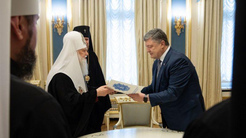 Prezydent Petro Poroszenko spotkał się z przedstawicielami cerkwi prawosławnych na Ukrainie i oficjalnie przyjął apel o przyznaniu Tomosu autokefalii kościołowi ukraińskiemu. Źródło: https://www.president.gov.ua/en