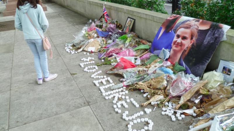 Kwiaty pod budynkiem brytyjskiego parlamentu po zabójstwie Jo Cox, źródło: Wikipedia/fot. Philafrenzy