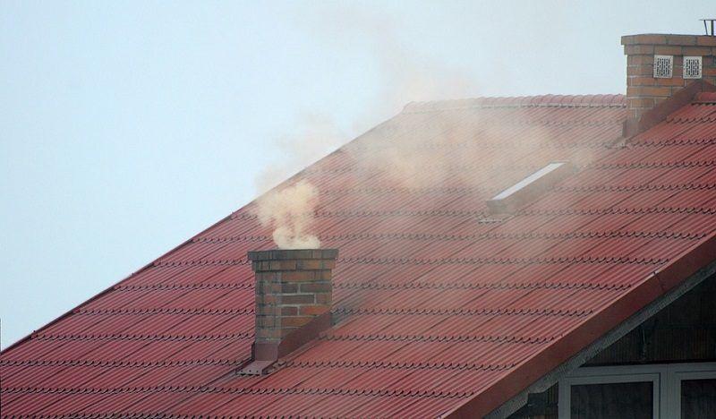 dym z komina domu jednorodzinnego,źródło pixabay