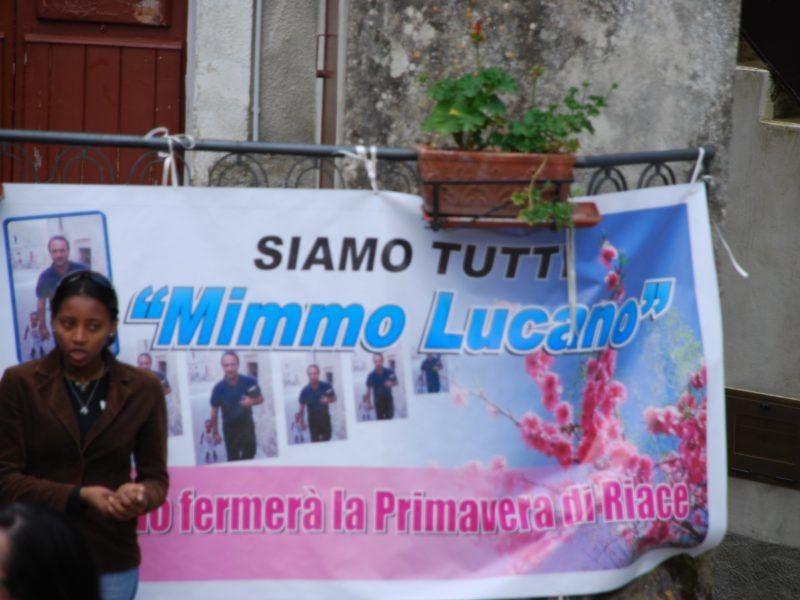 Plakat ze wsparciem dla burmistrza Domenico Lucano, źródło: Flickr/piervincenzocanale