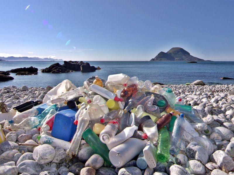Plastikowe śmieci na brzegu morza, źródło: Flickr, fot. Bo Eide