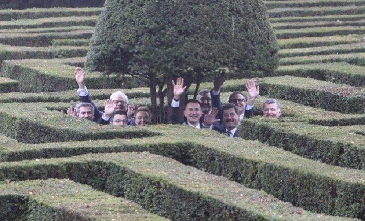 Brexit - szefowie MSZ w deszczu w labiryncie, źródło twitter.com jeremy_hunt