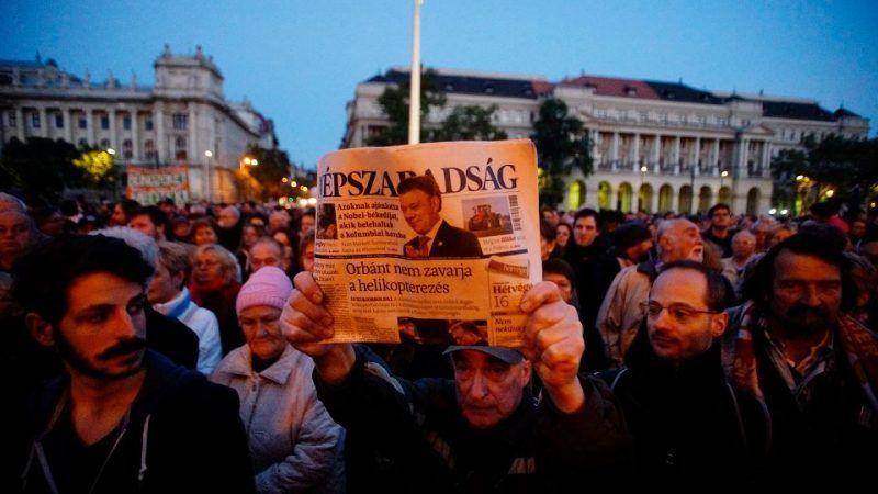 Demonstracja w obronie największego opozycyjnego dziennika Népszabadság, Budapeszt, 8 października 2016 r., źródło: Gazeta Wyborcza
