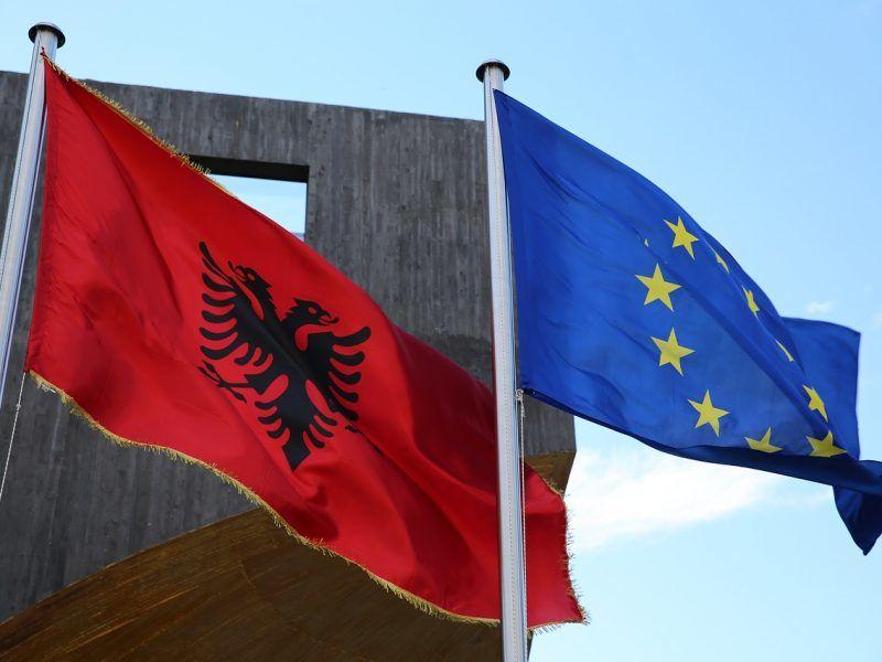 Flagi Albanii i Unii Europejskiej