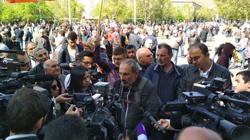 Premier Armenii Nikol Paszinjan na demonstracji w trakcie wiosennych protestów.