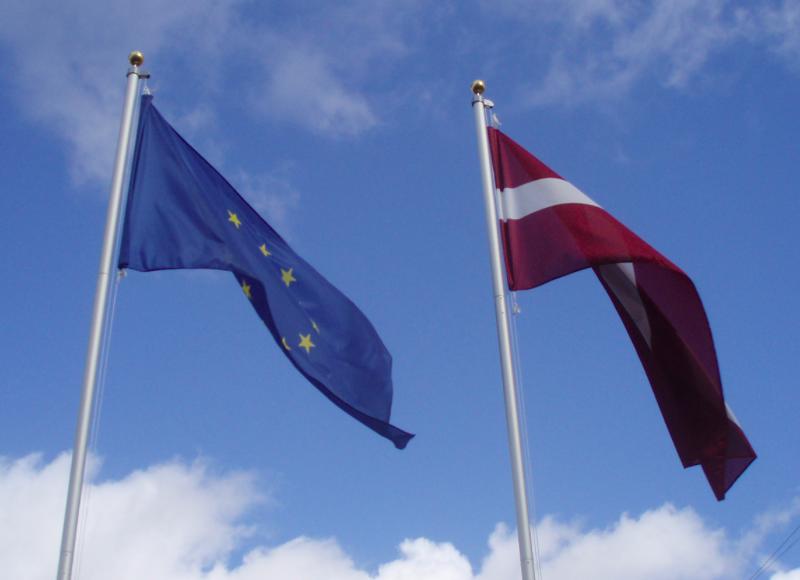 Flagi UE i Łotwy, źródło: Wikipedia, fot. Oļegs Anosovs