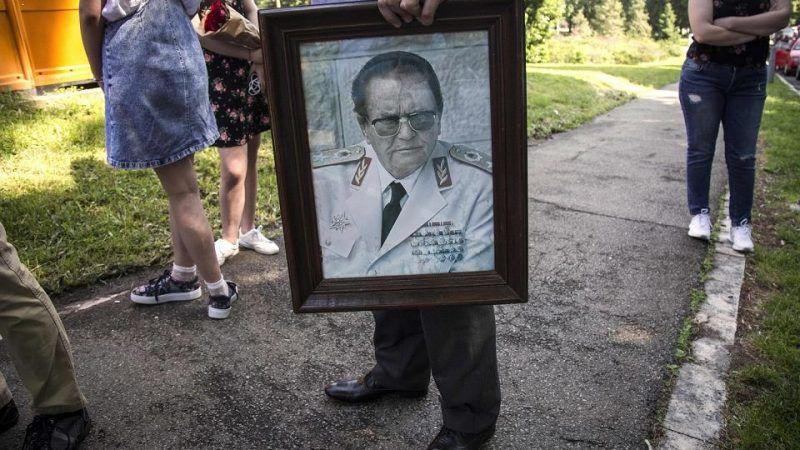 Zwolennik Josipa Broz Tito z jego portretem, źródło: Gazeta Wyborcza