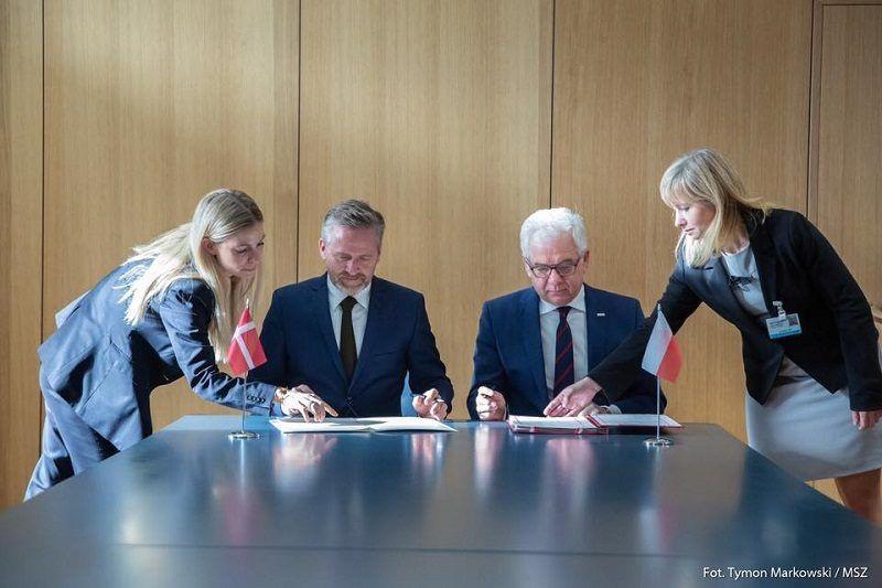 Jacek Czaputowicz i Anders Samuelsen podpisują polsko-duńską umowę o granicy na Bałtyku, źródło Fb za Tymon Markowski MSZ