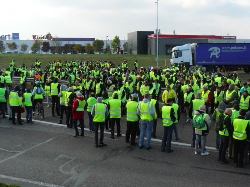 """Blokada protestacyjna ruchu """"żółtych kamizelek"""", źródło: Wikipedia, fot. Obier"""