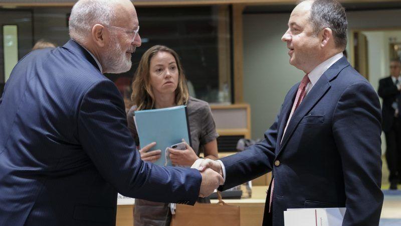 Frans Timmermans i Konrad Szymański źródło za euravtiv.com EPA-EFE Olivier Hoslet