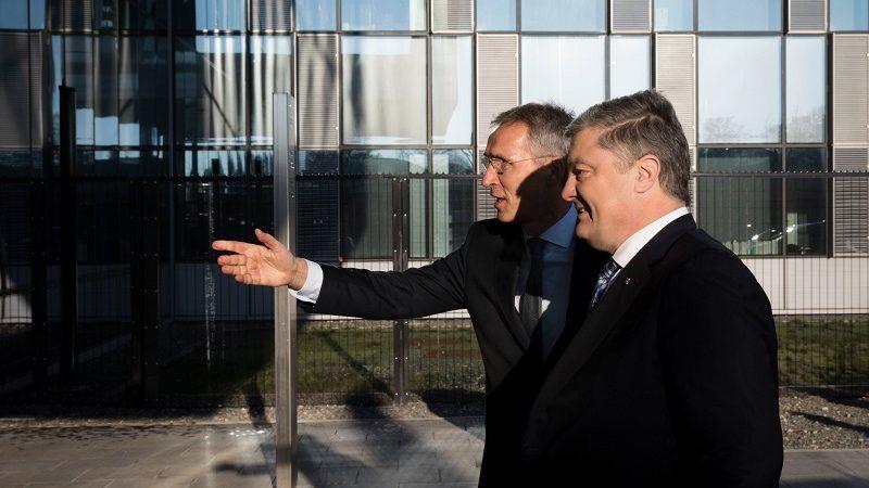 Prezydent Ukrainy Petro Poroszenko i sekretarz generalny NATO Jens Stoltenberg w Brukseli, źródło twitter