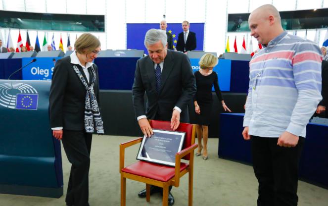 Natalia Kaplan, Antonio Tajani i Dymitr Dinze, a także puste krzesło symbolizujące nieobecność Ołeha Sencowa, © European Union 2018 - źródło: European Parliament , fot, Daina Le Lardic