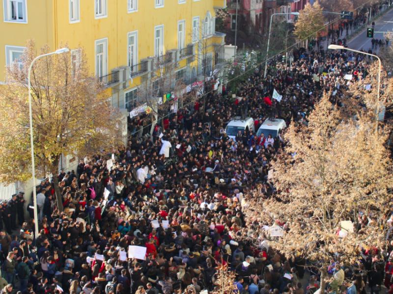 Jeden ze studenckich protestów w Albanii, źródło: Wikipedia, fot. Kristina Millona