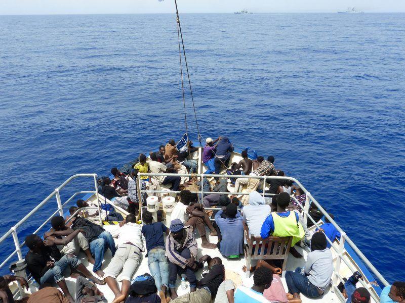 Uratowani migranci na jednym ze statków należących do organizacji Sea Watch, źródło: Flickr/Brainbitch