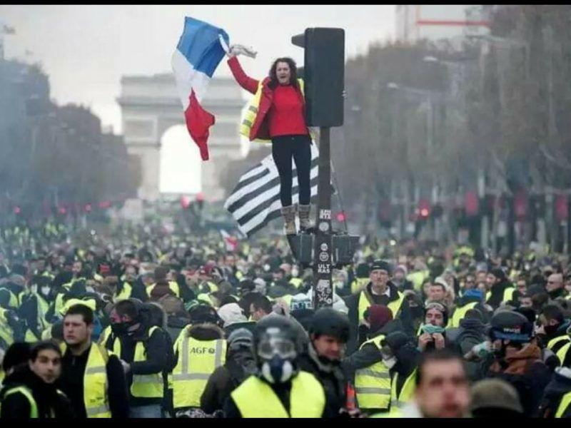 """Manifestacja """"żółtych kamizelek"""" w Paryżu, źródło: Flickr, fot. KRIS AUS67"""