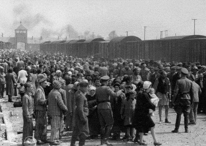 Rampa w obozie Birkenau, źródło wikipedia za Yad Vashem (autor nieznany)