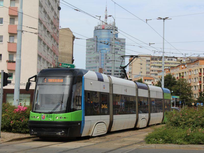 Tramwaj w Szczecinie, źródło: Wikipedia, fot. Szczecinolog (Creative Commons Uznanie autorstwa – Na tych samych warunkach 4.0 Międzynarodowe, zdjęcie bez edycji)