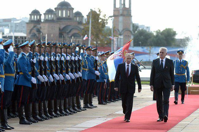 Parada wojskowa w 2014 r. - Władimir Putin z ówczesnym prezydentem Serbii Tomislavem Nikoliciem (źródło: kremlin.ru - oficjalna strona Prezydenta Federacji Rosyjskiej)