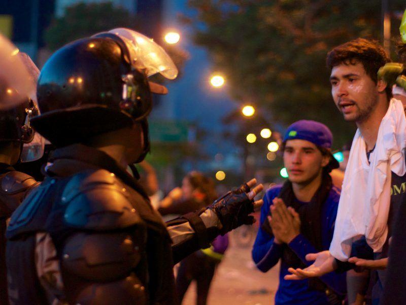 Wenezuela, opozycyjni manifestanci rozmawiająz policjantami, źródło: Flickr/andresAzp