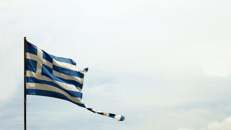 Poszarpana flaga Grecji. Fot. vargazs / pixabay