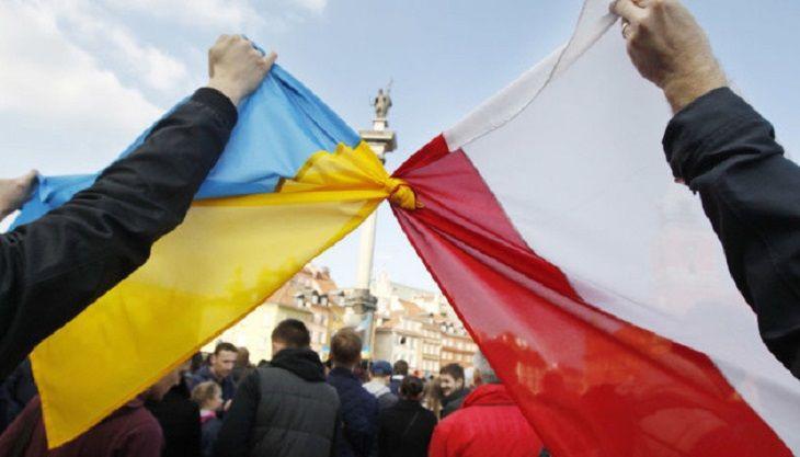 Związane flagi PL i UA, źródło ukrinform.ua