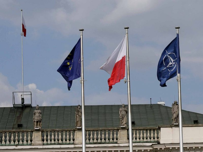 Flagi UE, Polski i NATO, źródło: Flickr, fot. Lukas Plewnia