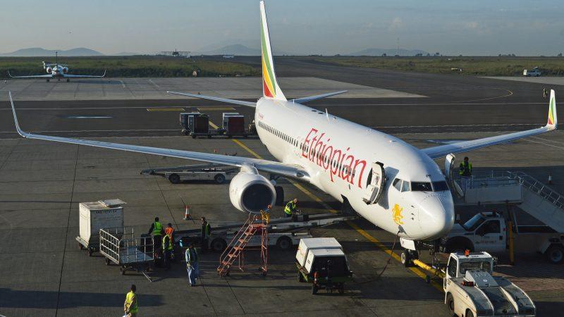 Boeing 737 linii Ethiopian Airlines na lotnisku w Addis Abebie, źródło: Flickr, fot. Alan Wilson