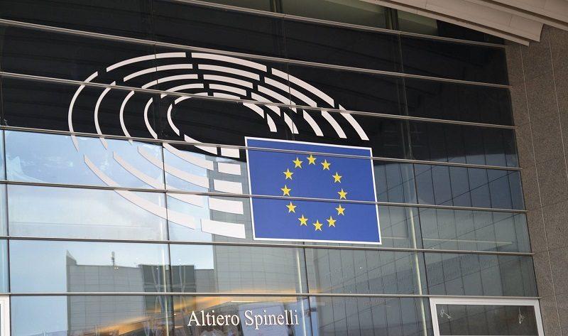 Parlament Europejski - logo na szybie okiennej budynku PE, źródło PE