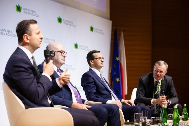Szef PSL Władysław Kosiniak-Kamysz, komisarz UE ds. rolnictwa Phil Hogan i premier Mateusz Morawiecki, źródło Adam Guz KPRM
