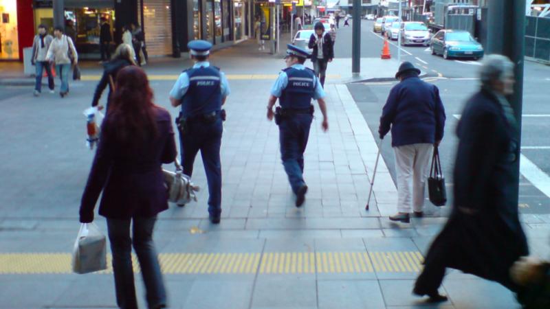 Nowozelandzcy policjanci podczas ulicznego patrolu, źródło: Wikipedia, fot. Ingolfson (CC0 Public Domain)