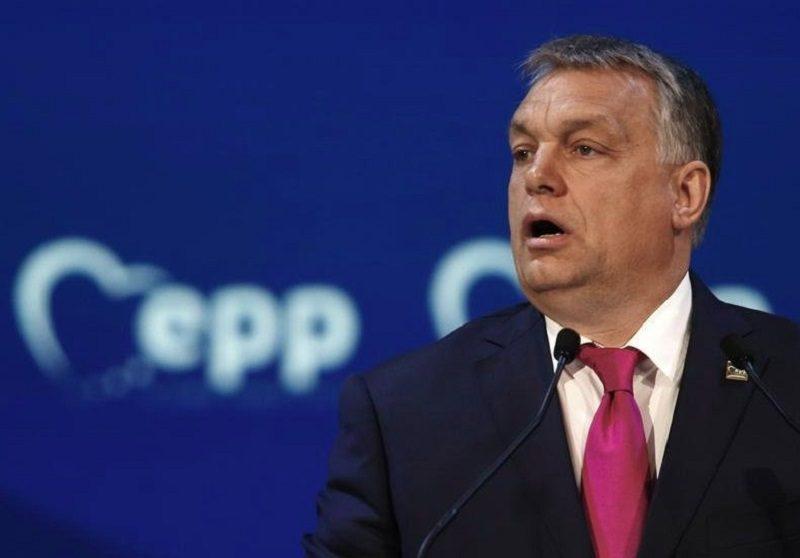 lider Fideszu Viktor Orban na tle logo Europejskiej Partii Ludowej (EPP), źródło twitter