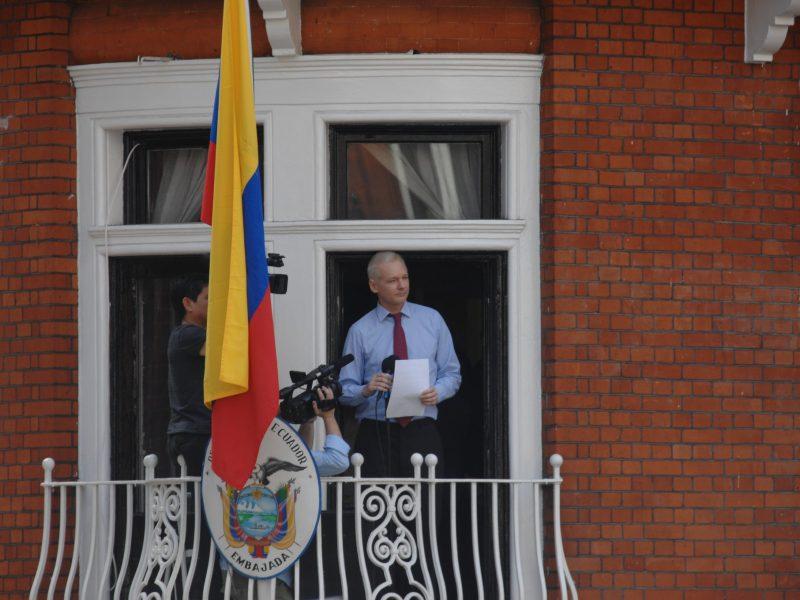 Julian Assange na balkonie ambasady Ekwadoru w Londynie, źródło: Flickr, fot. Snapperjack (CC BY 2.0 Generic)