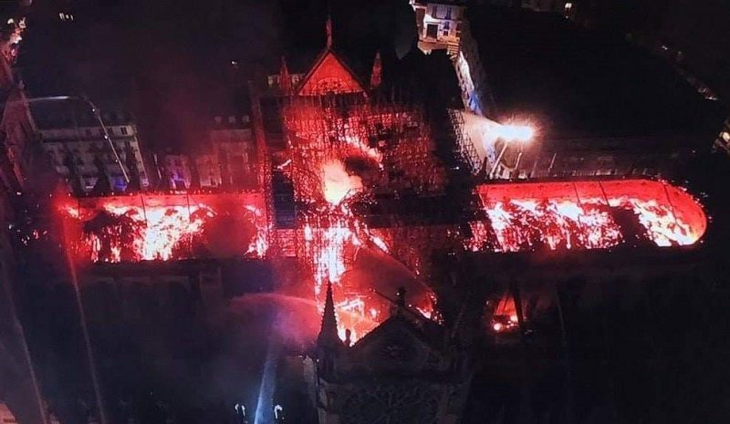 Pożar paryskiej katedry Notre Dame - zdjęcie z policyjnego drona, źródło twitter
