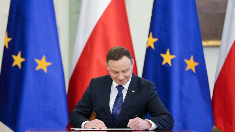 Prezydent Andrzej Duda podpisuje ustawę, źródło KPRP