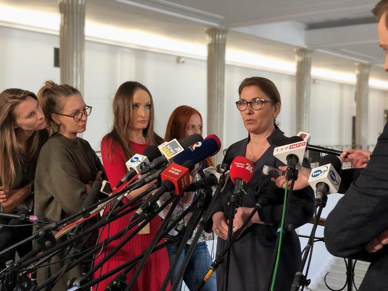 Rzeczniczka PiS Beata Mazurek z dziennikarzami w Sejmie, źródło twitter@pisorgpl